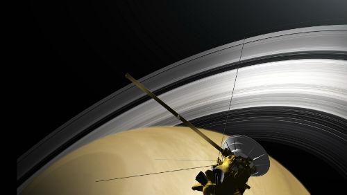 Sonda Cassini: První snímky historického průletu pod prstenci Saturnu