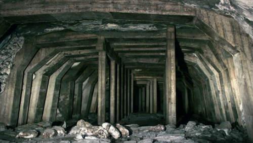 Ukrývá podzemní továrna Richard poklad?